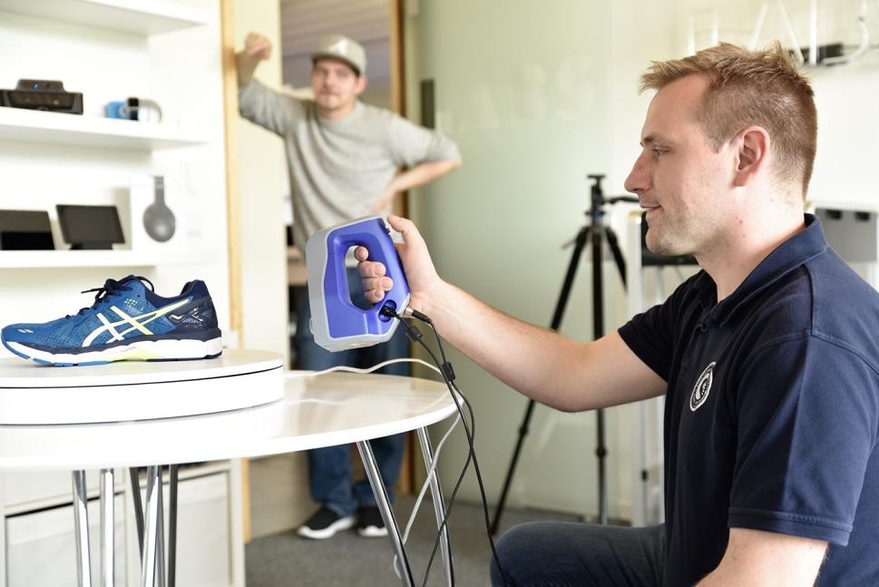 Shopware-Gr-nder-Stefan-Hamann-testet-in-den-Shopware-Labs-einen-3D-Scanner
