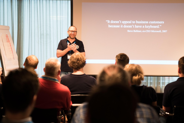 Shopware-Vorstand-Stefan-Heyne-spricht-vor-Partnern-in-London